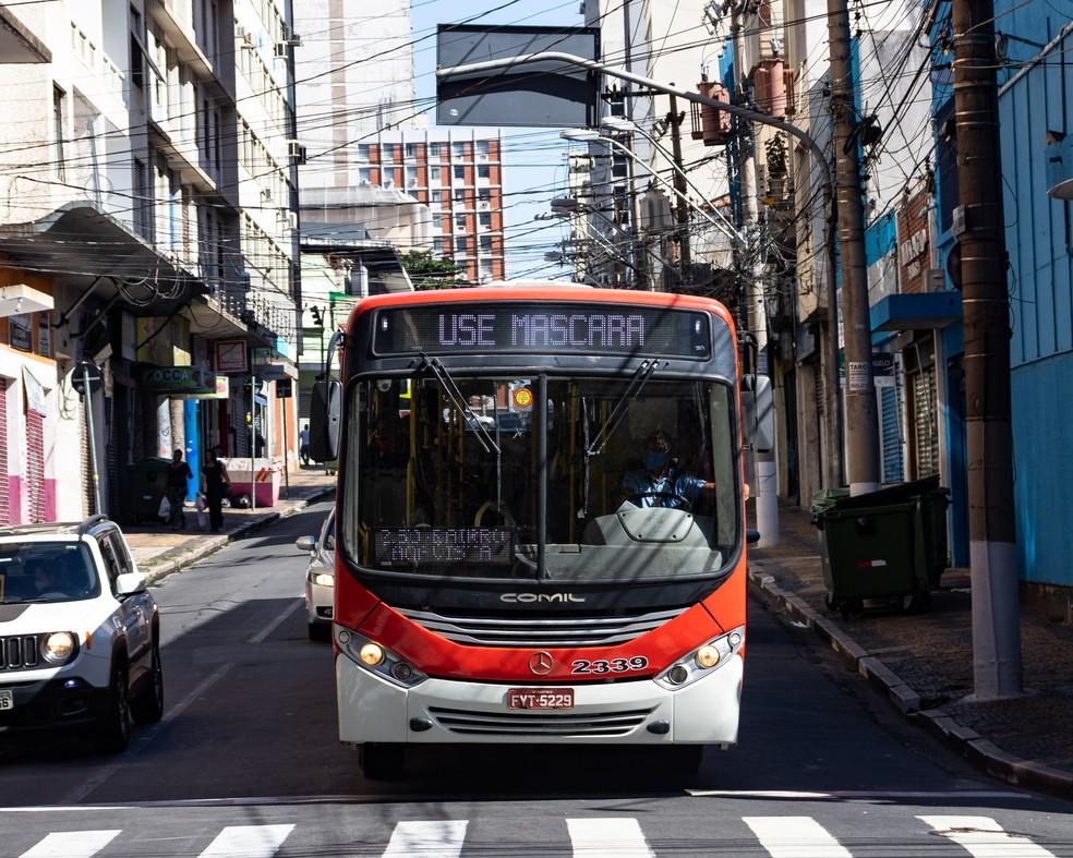Ônibus no Centro de Campinas — Foto: Rafael Smaira/G1