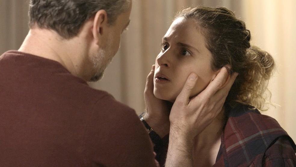 Ivana não consegue ser compreendida pelo pai (Foto: TV Globo)