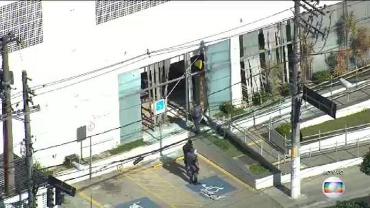Tentativa de roubo a banco tem tiroteio e vias bloqueadas em SP