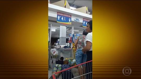 Troca de tiros entre bandidos e polícia assusta consumidores de supermercado no Rio