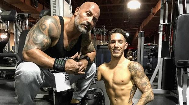 Dwayne Johnson e Nick Santonastasso se encontraram durante um treino em academia (Foto: Reprodução)