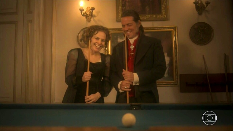 Leopoldina (Letícia Colin) se diverte ao lado de Bonifácio (Felipe Camargo), em 'Novo Mundo' — Foto: TV Globo