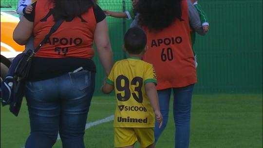 Filho do ex-goleiro Danilo, Lorenzo entra em campo de mãos dadas com Tiepo; vídeo