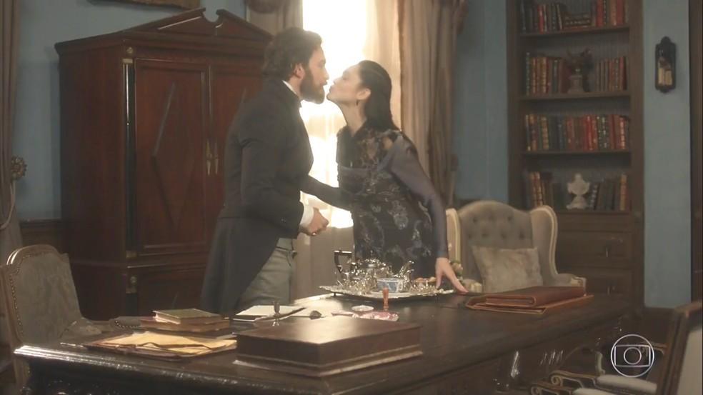 Na frente de Thomas (Gabriel Braga Nunes), Anna (Isabelle Drummond) faz o papel da esposa ingênua e boazinha. Em 'Novo Mundo' — Foto: TV Globo