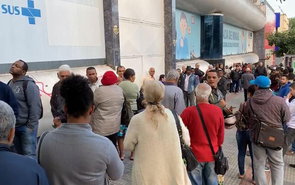 Farmácia de Minas reabre com fila grande na porta, em BH, após ficar um dia fechada — Foto: Liliana Junger/TV Globo