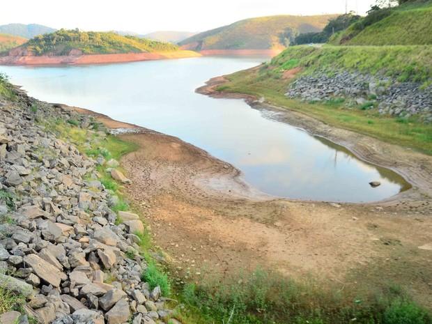 Represa Jaguari, que faz parte do Sistema Cantareira, em Jacareí (SP), que está mais de 8 metros abaixo do seu nível de vazão devido à falta de chuvas (Foto: Nilton Cardin/Sigmapress/Estadão Conteúdo)
