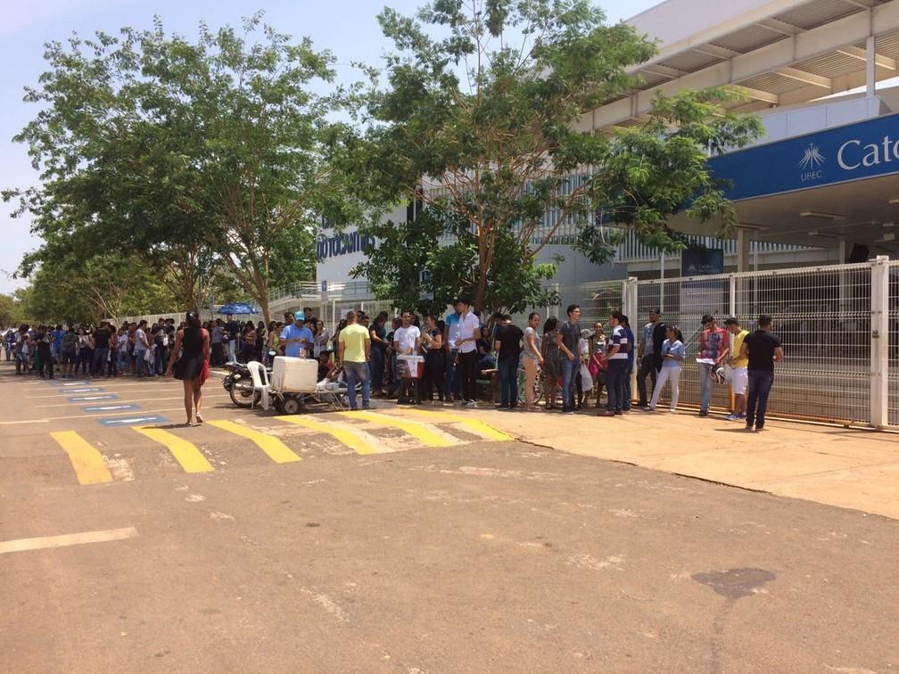 Entrada da Faculdade Católica do Tocantins ficou lotada de candidatos (Foto: João Guilherme Lobasz/G1)