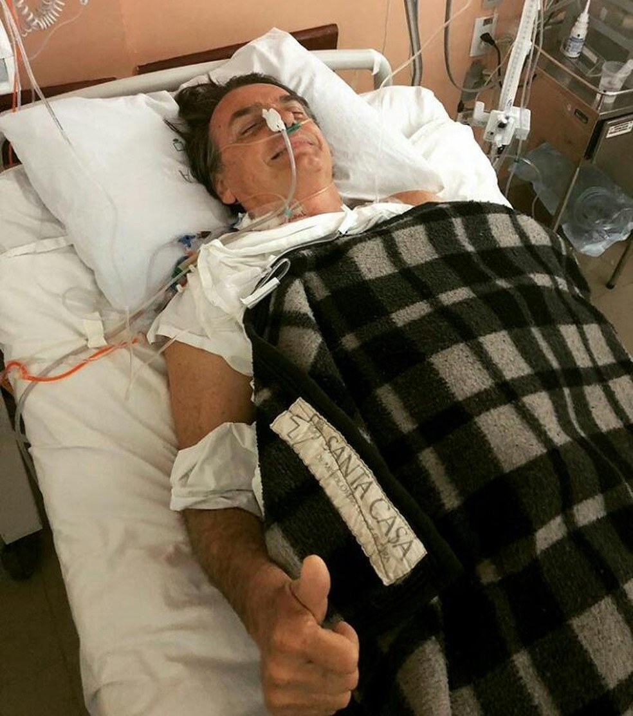 Jair Bolsonaro, candidato do PSL à Presidência, após cirurgia na Santa Casa de Juiz de Fora, em Minas Gerais (Foto: Redes sociais)