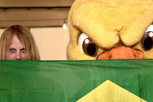 Yuri Torsky posou com o Canarinho, mascote oficial da Seleção (Foto: Reprodução / Twitter)