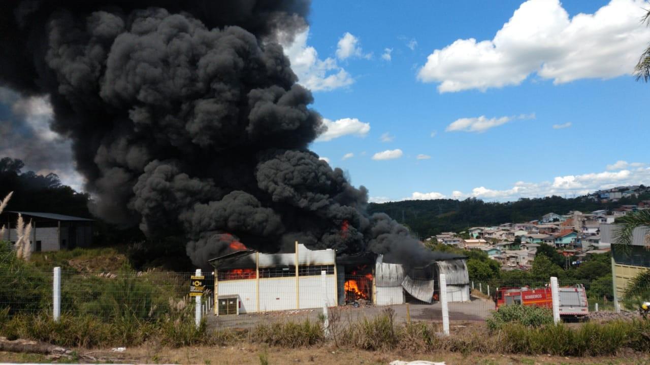 Incêndio atinge fábrica de espuma para colchões em Farroupilha; gerente ficou ferido