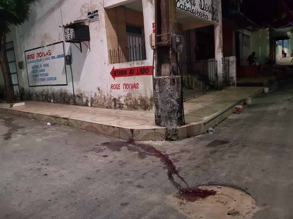Funcionário estava sentado em calçada quando foi atacado pelo assaltante. — Foto: Rafaela Duarte/ SVM