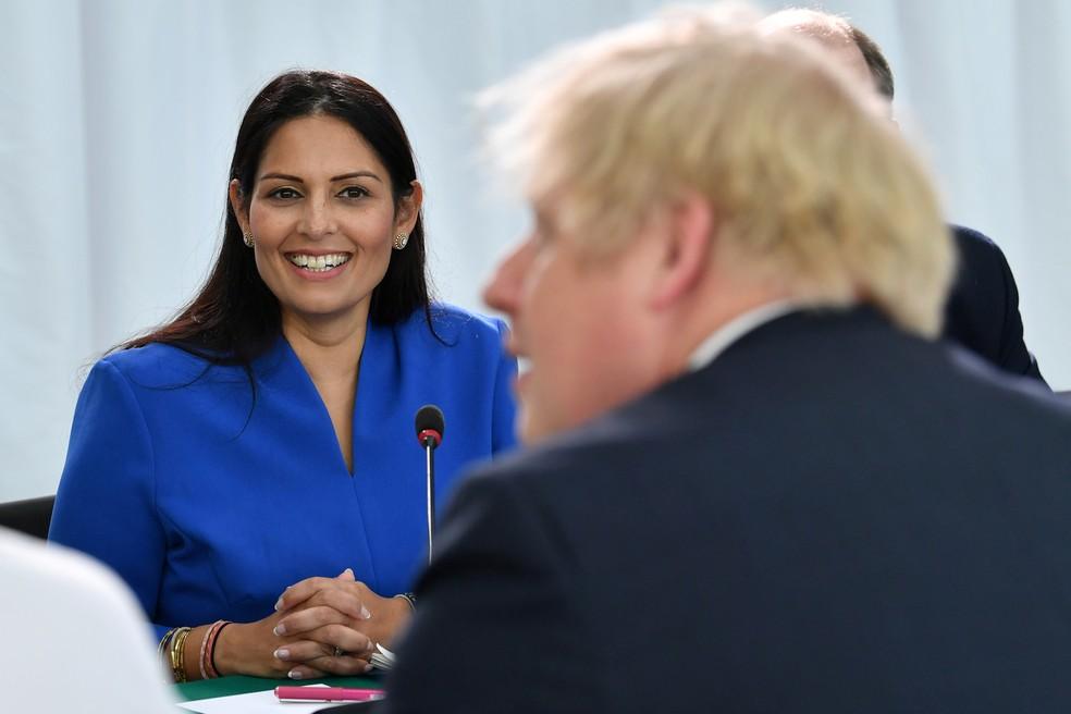 Priti Patel e Boris Johnson durante reunião, em 19 de fevereiro de 2020 — Foto: Paul Ellis/Pool via Reuters