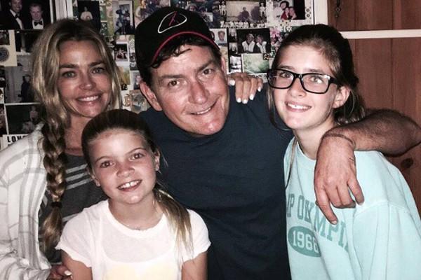 Charlie Sheen, Denise Richards e suas duas filhas (Foto: Instagram)