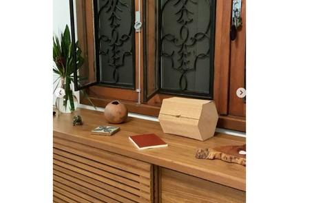 Outro móvel da casa com objetos escolhidos pela atriz Reprodução