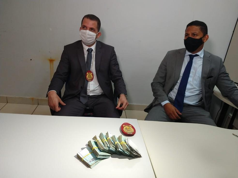 Dinheiro foi apreendido com o estagiário — Foto: Mayky Araújo/TV Anhanguera