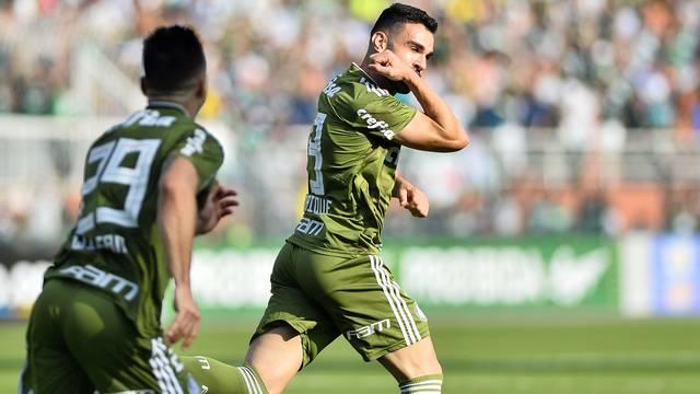 Bruno Henrique corre para comemorar o primeiro gol do Palmeiras