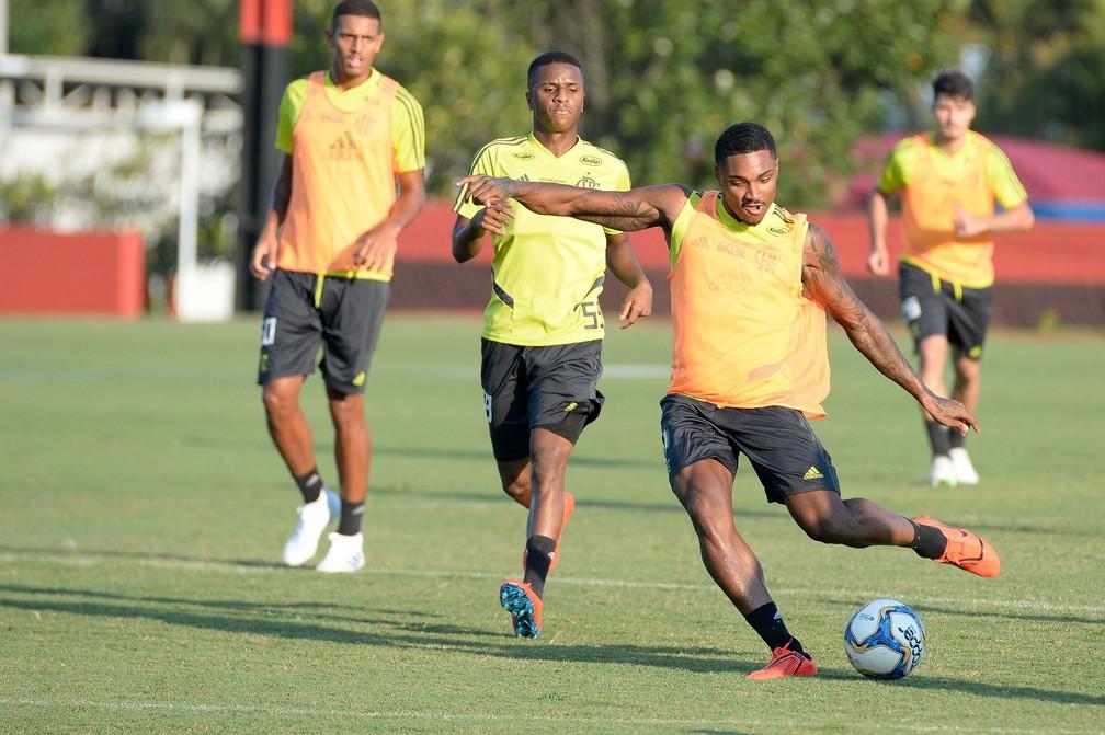 Vitinho já jogou muitas vezes como falso 9 no Internacional e também pode ser opção — Foto: Alexandre Vidal / Flamengo