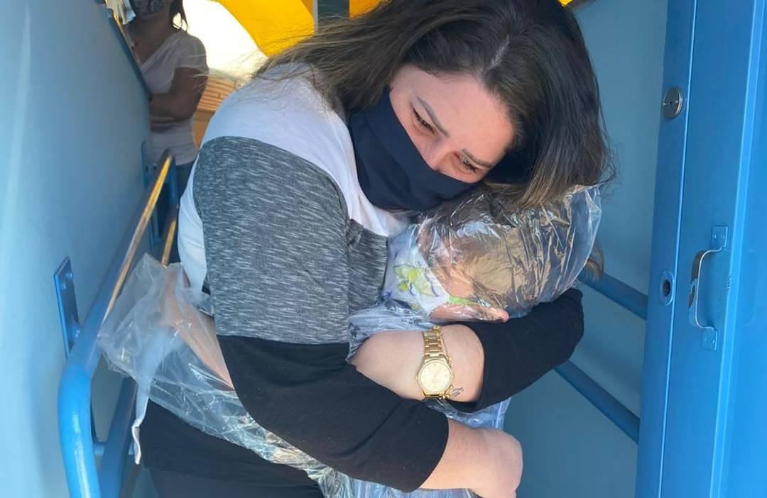 João Vicente usou uma capa de chuva para abraçar a professora em Jaú
