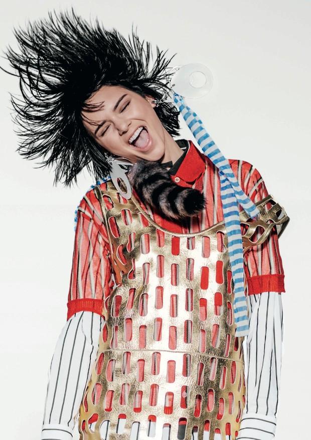 Kendall Jenner, modelo, usa vestido, top, camisa e bolsa, tudo Miu Miu. Nova York (cid.) - Estados Unidos. 09/09/2015. Foto: Russel James / Edi (Foto: Arquivo Vogue/Russell James)