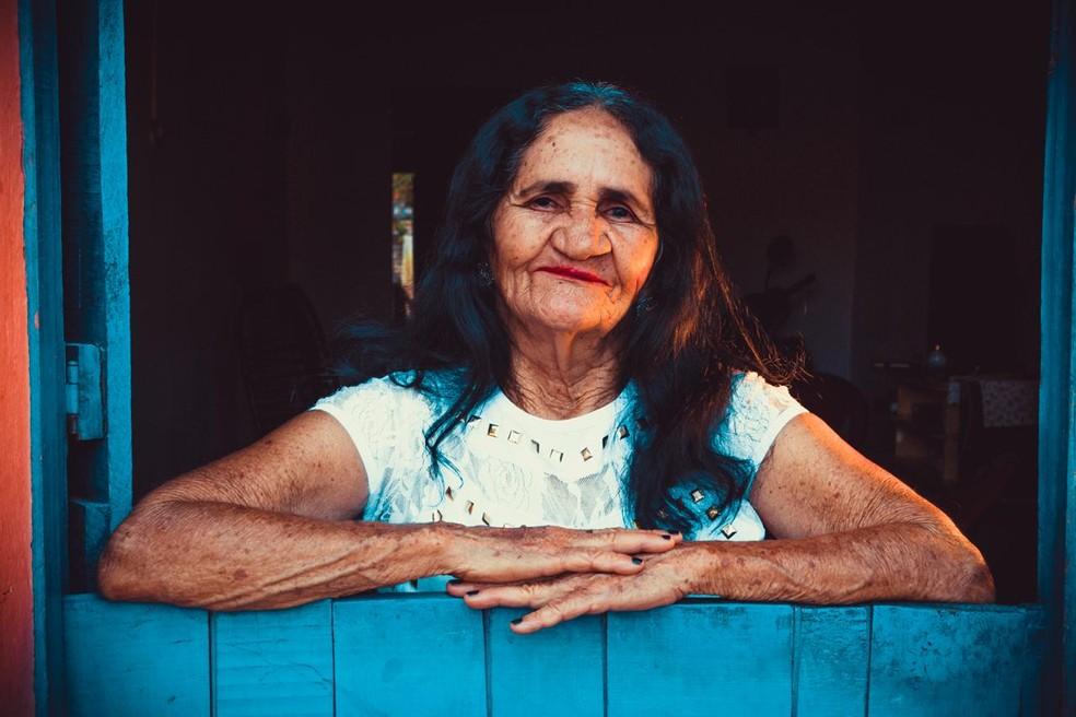A aposentada Maria do Socorro de Medeiros posou para um ensaio após a cirurgia de lábio leporino — Foto: Laine Paiva