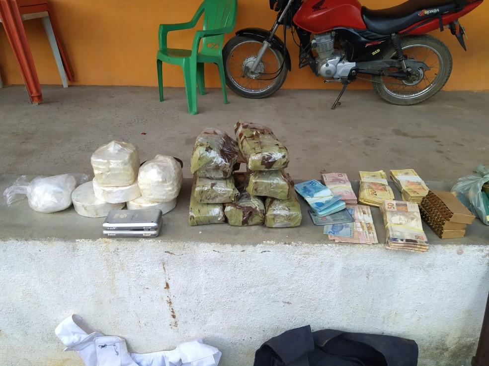Dinheiro, drogas e armas apreendidas.  — Foto: Divulgação/PM