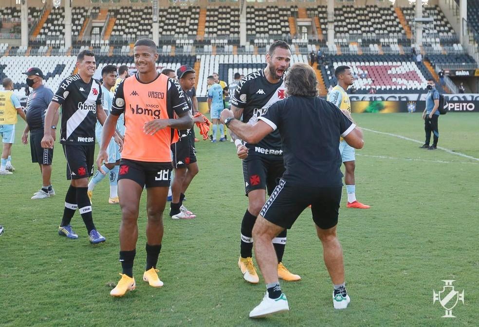 Última alegria: Sá Pinto comemora com Castan vitória sobre o Santos — Foto: Rafael Ribeiro/Vasco