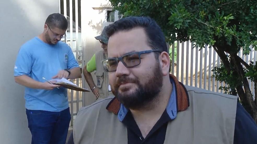 Robert da Costa Ribeiro, diretor de Vigilância em Saúde, sugere que população procure postos de saúde se tiver algum sintoma — Foto: TV TEM/Reprodução