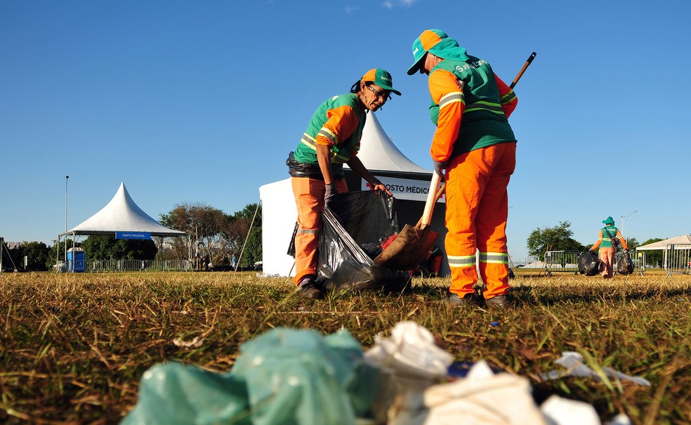 SLU recolhe 10 toneladas de lixo nesta segunda após festas de réveillon — Foto: Pedro Ventura/Agência Brasília