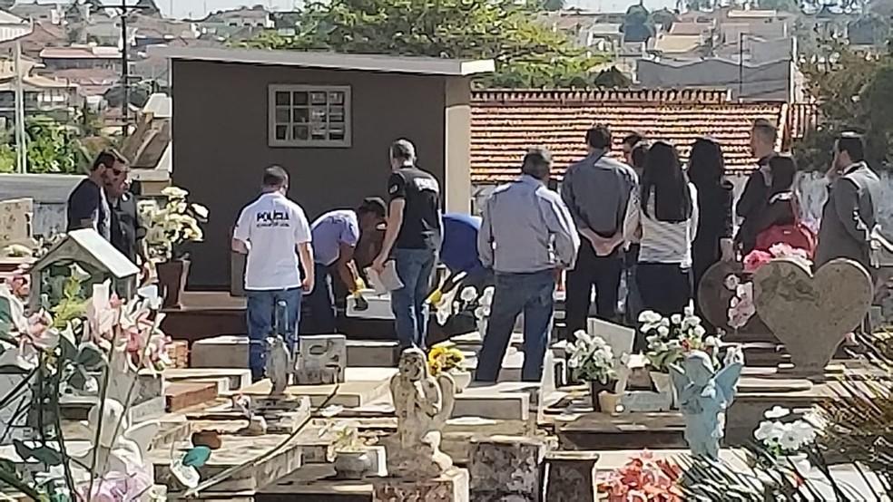 Caixão foi exumado no cemitério de Monte Aprazível — Foto: Vanessa Mauri/TV TEM/Arquivo