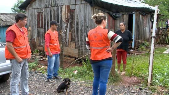 """""""Alagou tudo"""", lamenta dona de casa que teve telhado destruído por granizos em Salto do Jacuí"""