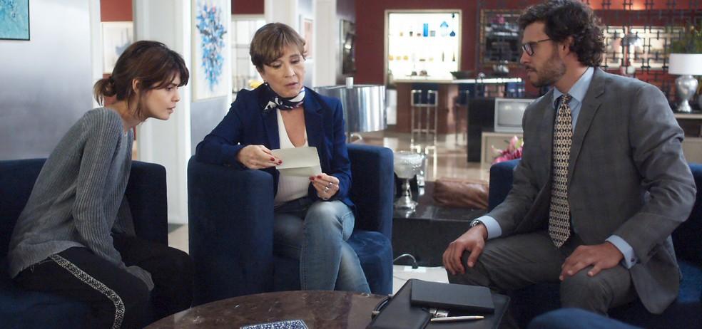 Kiki recebe um papel de Hugo com o endereço do sítio de Amaral (Foto: TV Globo)