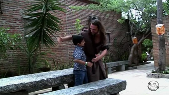 Menino realiza sonho, conhece 'Jesus' e participa da Paixão de Cristo em PE