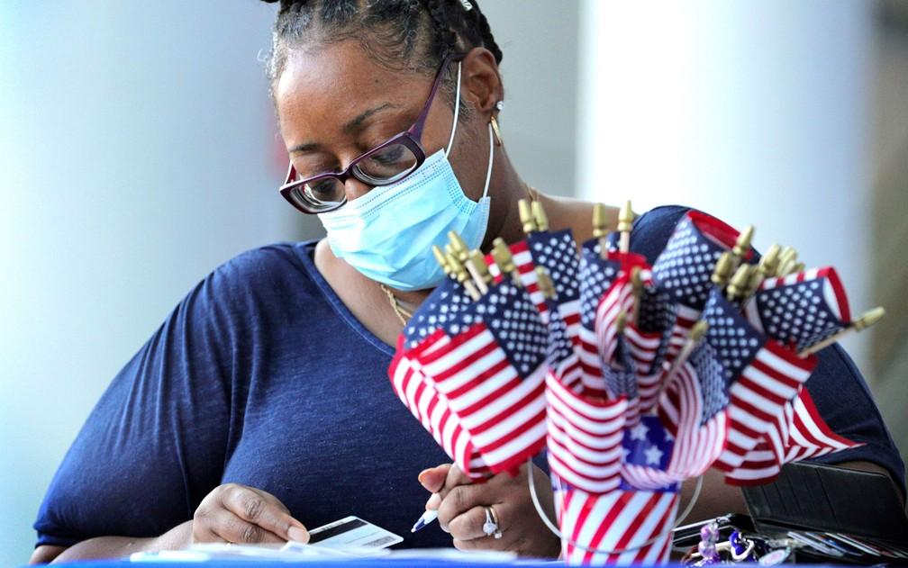 Francina Fountain se registra para votar em Orlando, na Flórida, em foto de 22 de setembro — Foto: Joe Burbank/Orlando Sentinel via AP