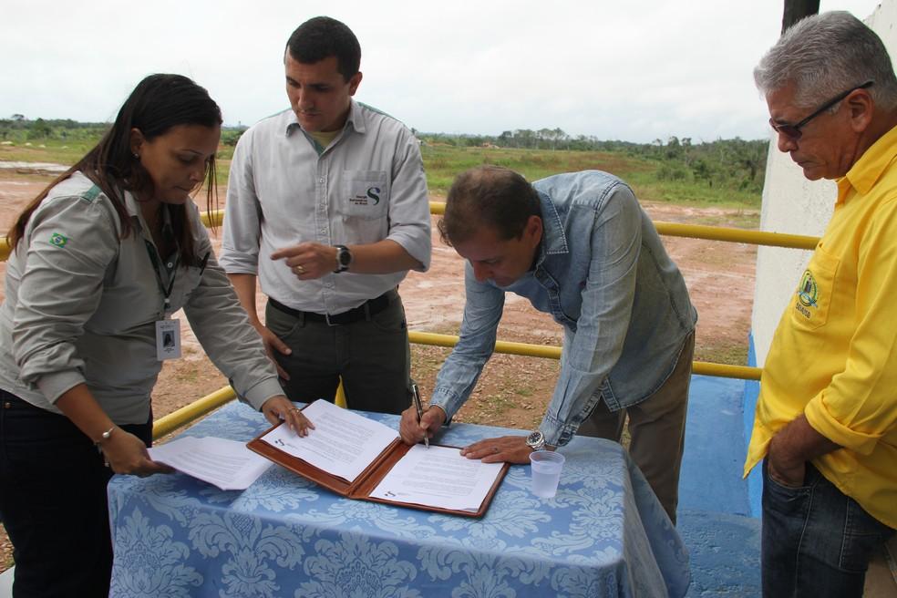-  Prefeito Hidon Chaves assinou termo para assumir gestão do aterro em Nova Mutum  Foto: Prefeitura de Porto Velho/Assessoria