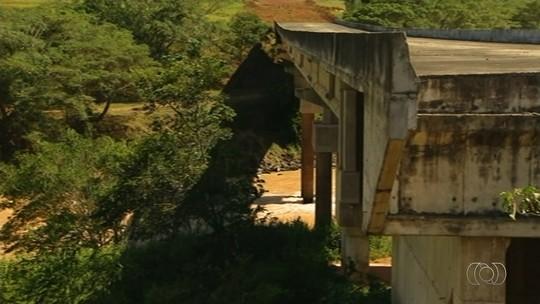 Moradores reclamam que ponte está inacabada há 40 anos, em Davinópolis