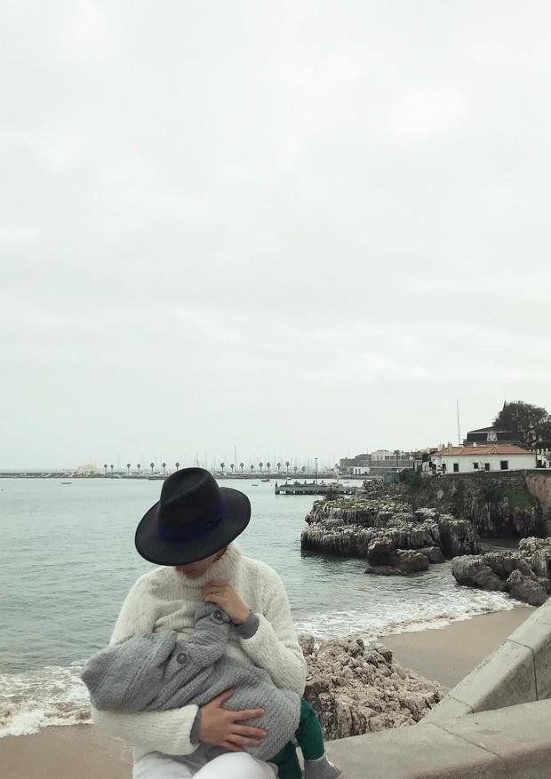 Monica Benini amamenta Otto no frio congelante da Europa (Foto: Reprodução/Instagram)