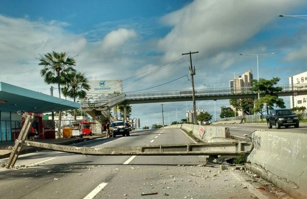 Poste caiu sobre a marginal da BR-101, em Natal (Foto: Rafael Barbosa/G1)