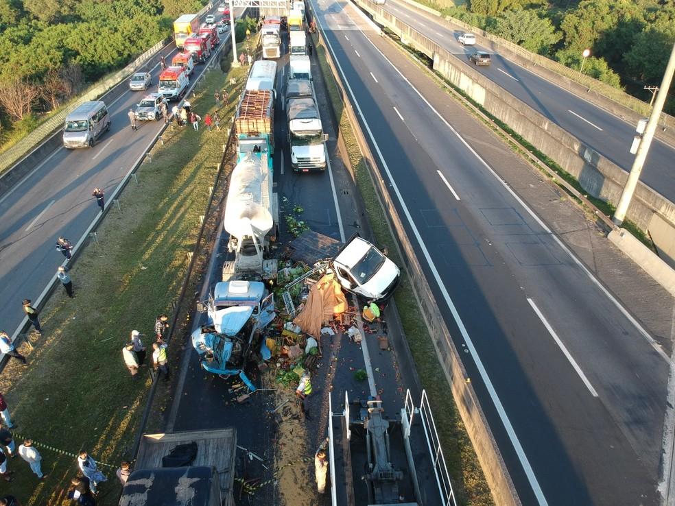 Van ficou prensada entre caminh?o e ?nibus em acidente na Raposo Tavares em Sorocaba ? Foto: Anderson Cerejo/TV TEM