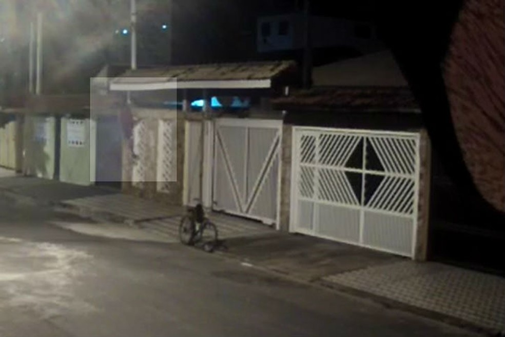 Homem é flagrado roubando câmeras de residência em Praia Grande, SP (Foto: Reprodução)