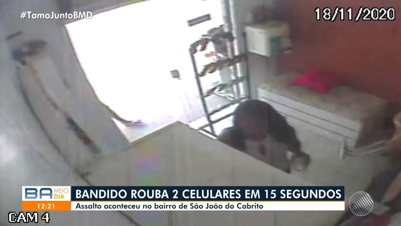 Câmera de segurança flagra homem roubando celulares em salão de beleza, no Subúrbio