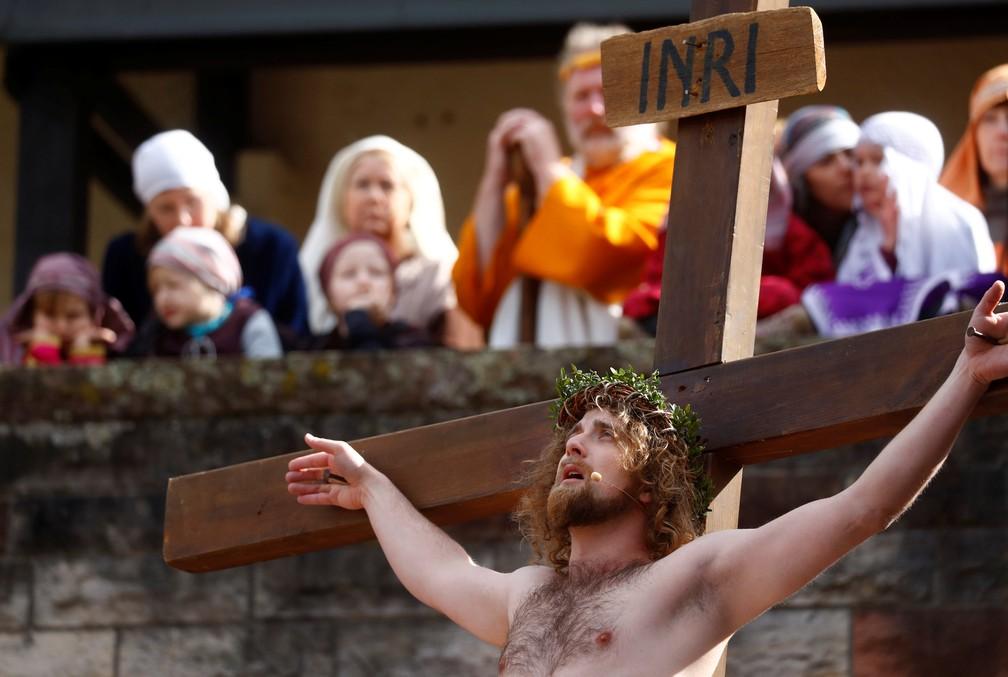 Membros da comunidade italiana encenam crucificação de Jesus Cristo em Bensheim, na Alemanha (Foto: REUTERS/Kai Pfaffenbach)