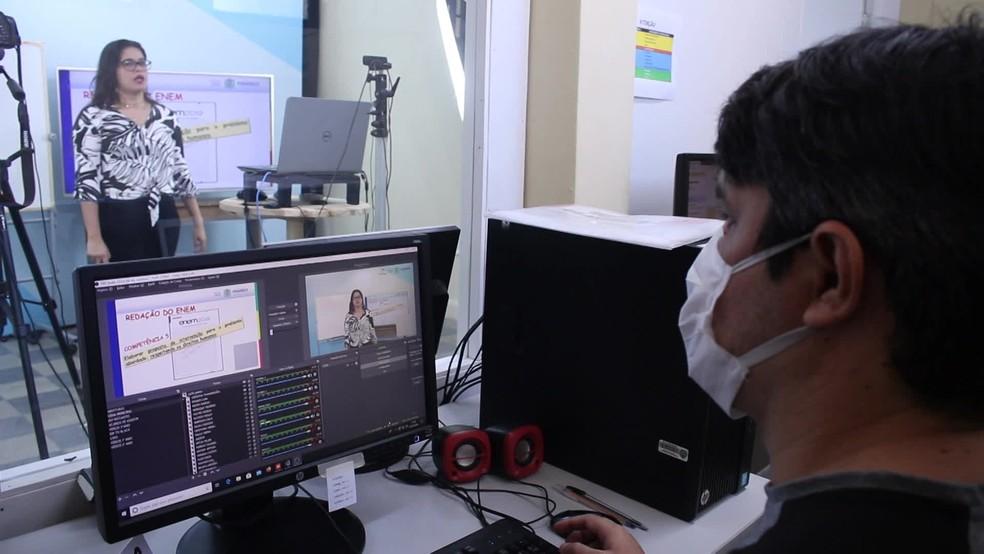 Em Pernambuco, aulas são transmitidas pela internet, desde março, por causa da pandemia  — Foto: Reprodução/TV Globo