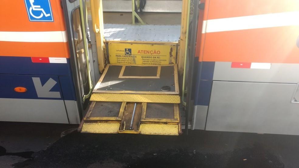 Porta do ônibus não fechava por conta do problema na plataforma em Bauru  (Foto: Tiago de Moraes / G1 )