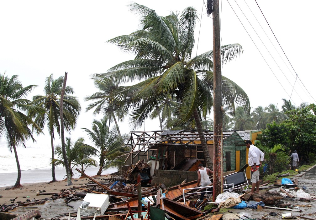 Pessoas olham para o que restou de sua casa após passagem do furacão Irma, em Nagua, República Dominicana (Foto: Ricardo Rojas/Reuters)