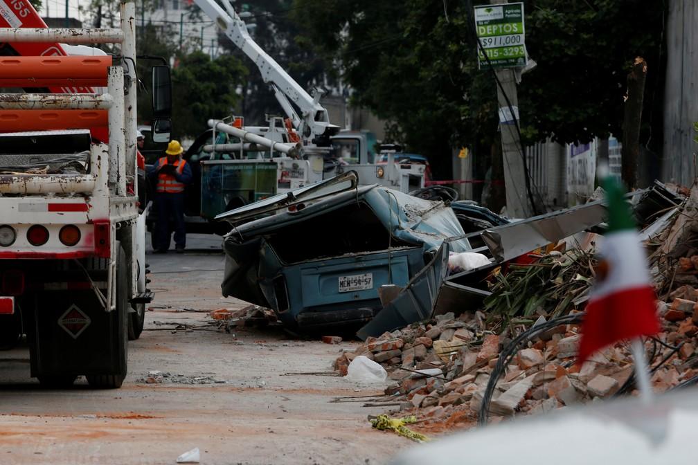 Terremoto de magnitude 8,1 no México derrubou um muro e deixou um carro destruído. (Foto: Carlos Jasso/Reuters)
