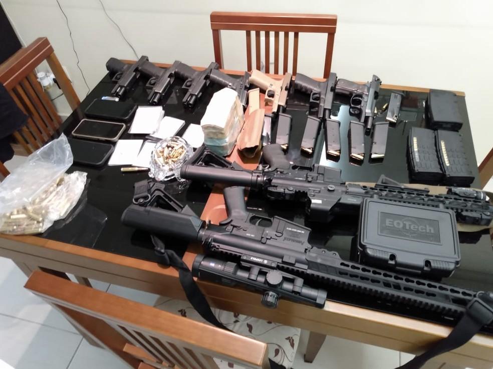 Armas e dinheiro apreendidos na casa de um dos policiais civis alvo da operação do Gaeco — Foto: Divulgação
