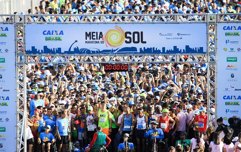 Meia Maratona do Sol interdita rua e mura itinerário do transporte público em Natal neste sábado — Foto: Augusto Ratis