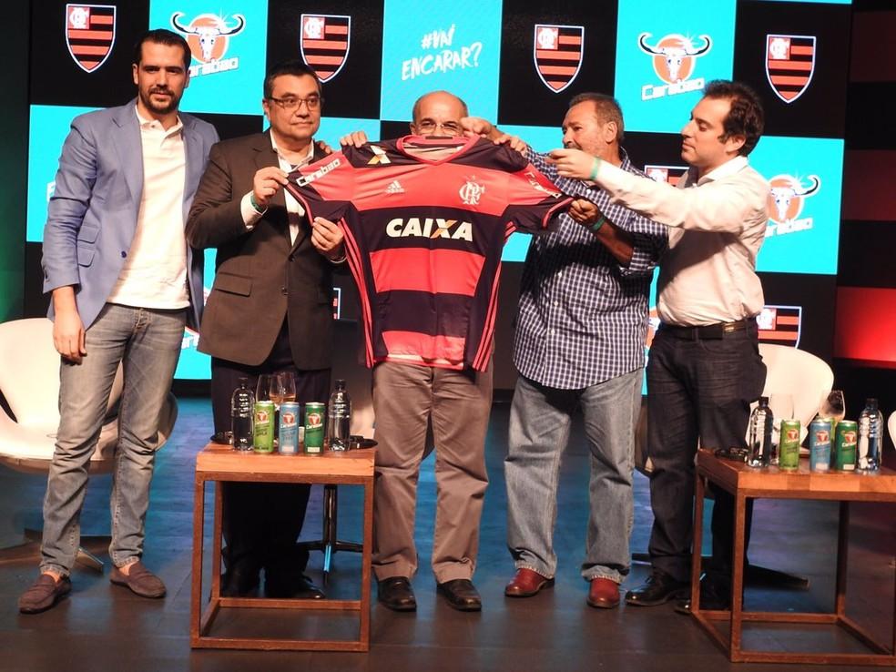 Dirigientes do Flamengo com os representantes da Carabao no evento que anunciou a parceria, em janeiro  (Foto: Fred Gomes)