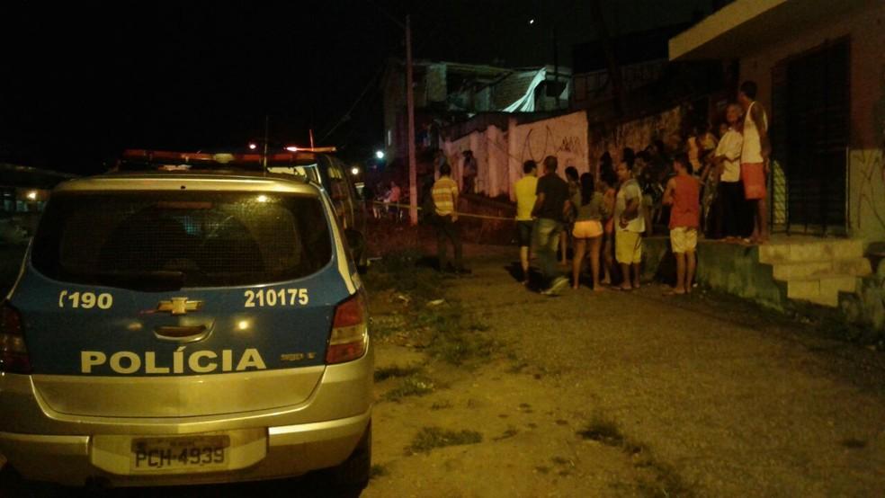 Homem faleceu na PE-15, próximo a entrada do Alto da Mina, em Olinda, na noite desta quinta-feira (27) (Foto: Danielle Fonseca/TV Globo)