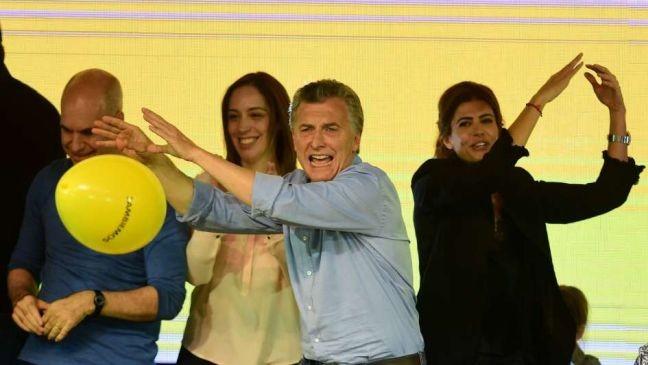 """Macri festeja a """"onda amarela"""" (Foto: Télam)"""